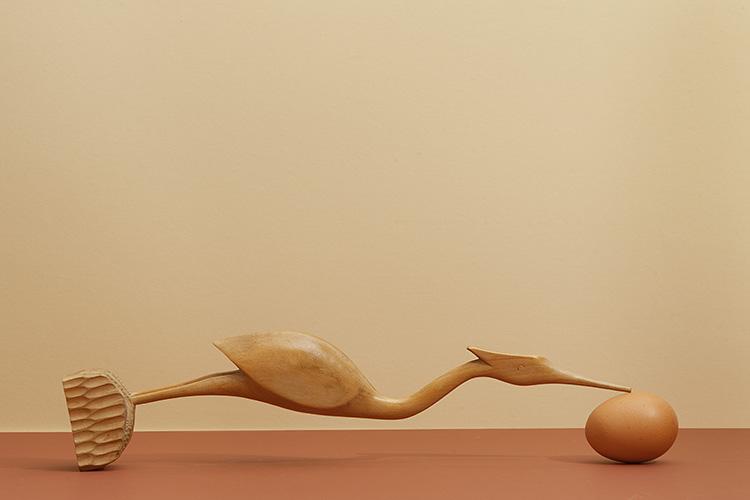 Hans van Asch logische verbeelding met eieren en een houten kraanvogel