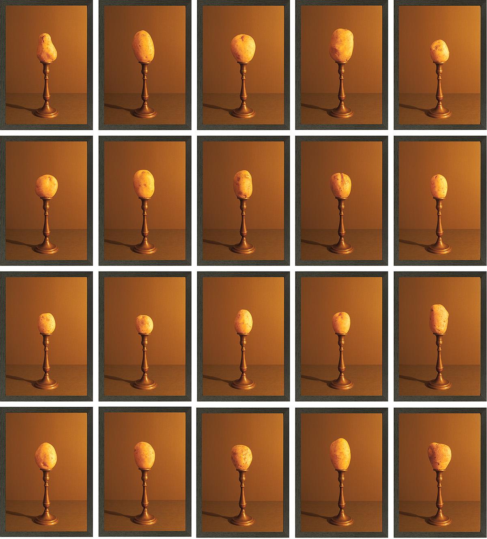 grid van 20 aardappels aangelicht door kaarslicht