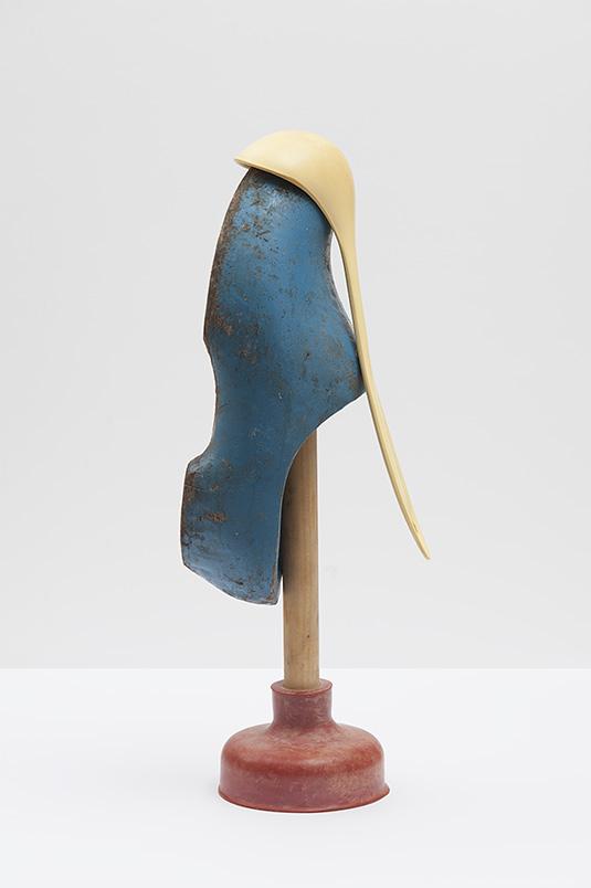 Tijdelijke sculptuur met rode ontstopper, gele pollepel en blauwe klomp