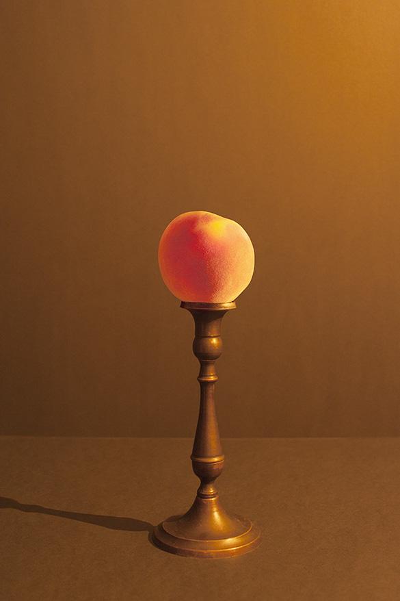 fluwelen perzik aangelicht door kaarslicht