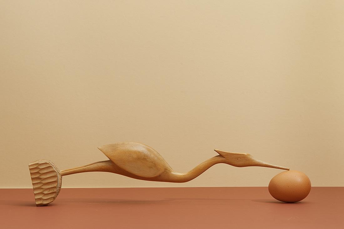 Hans van Asch logische verbeelding kunst met eieren met een liggende kraanvogel van hout