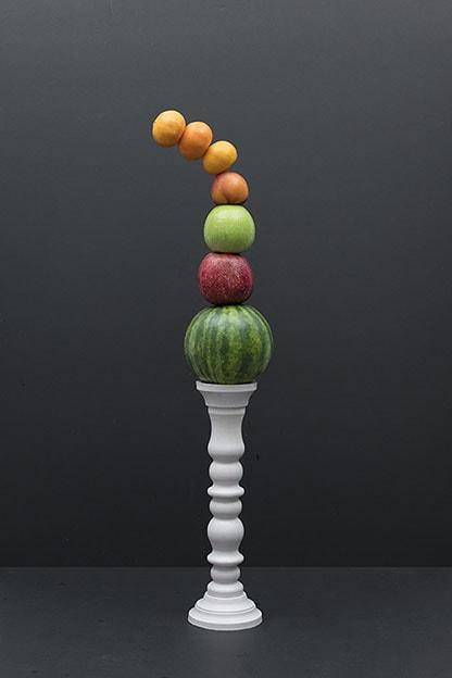 vallende torens van gestapelde groeten en fruit
