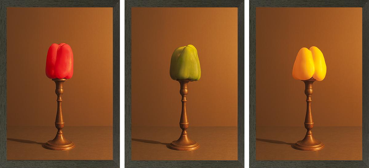 drieluik bestaande uit een set van een rode, een gele en een groene paprika welke zijn belicht met kaarslicht