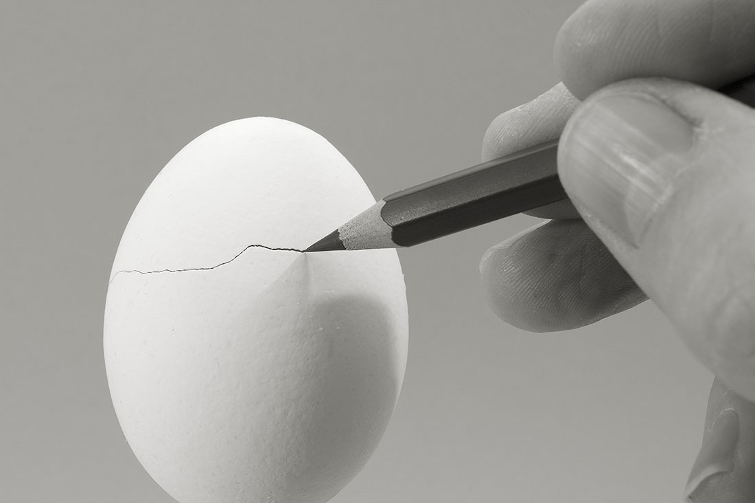 gebarsten ei met potloodpunt