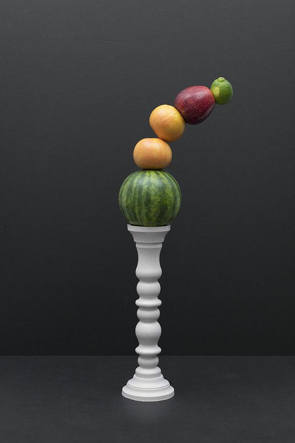 toren met vallend fruit in de vorm van een kromming bestaande uit verschillende kleuren
