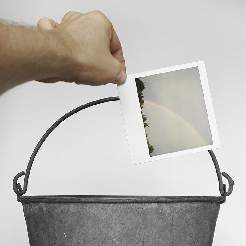 Polaroid met regenboog voor hengsel van zinken emmer