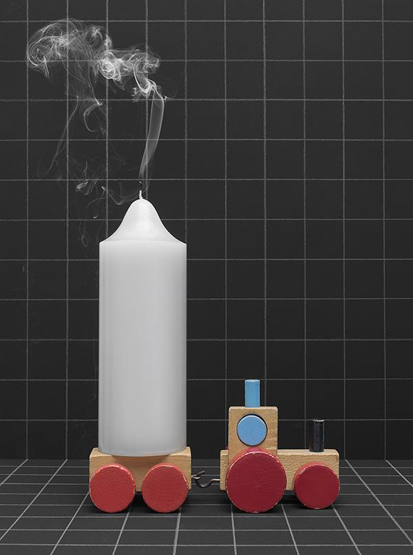 houten speelgoed locomotief met dikke kaars en rookpluim