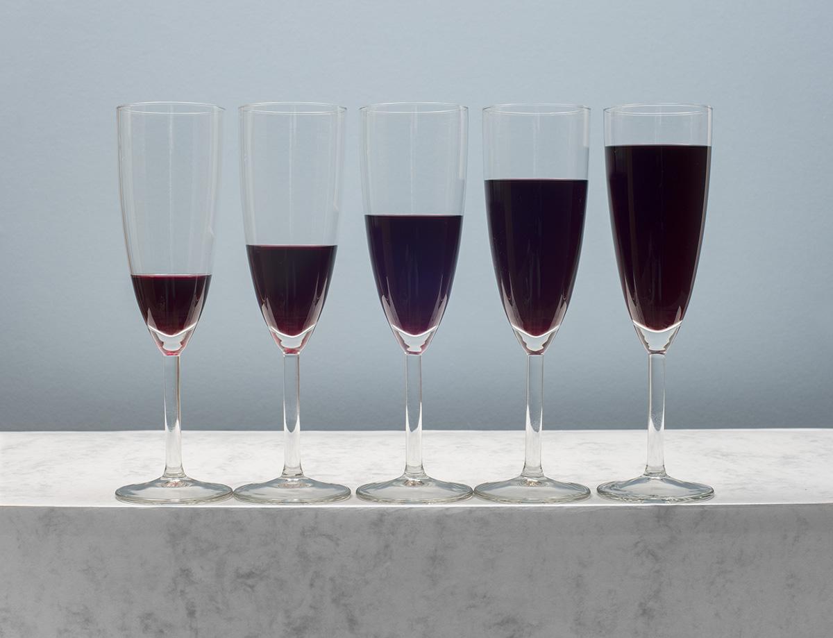 trapsgewijs gevulde glazen met rode wijn