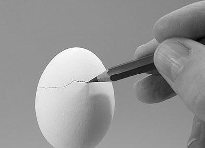 scheur in wit ei met potloodpunt