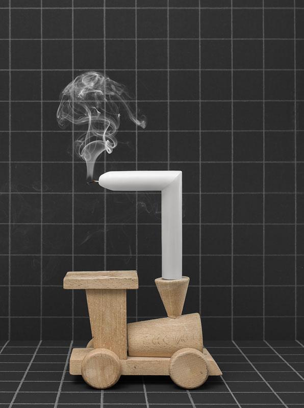 houten speelgoed locomotief met haakse kaars met rookpluim